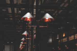Gra światła i cienia – oświetlenie i architektura