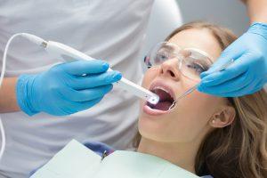 Jakie zalety mają implanty zębowe