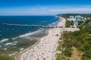 Widok z lotu ptaka na plażę Międzyzdroje – nocleg dla osób lubiących wypoczynek nad morzem